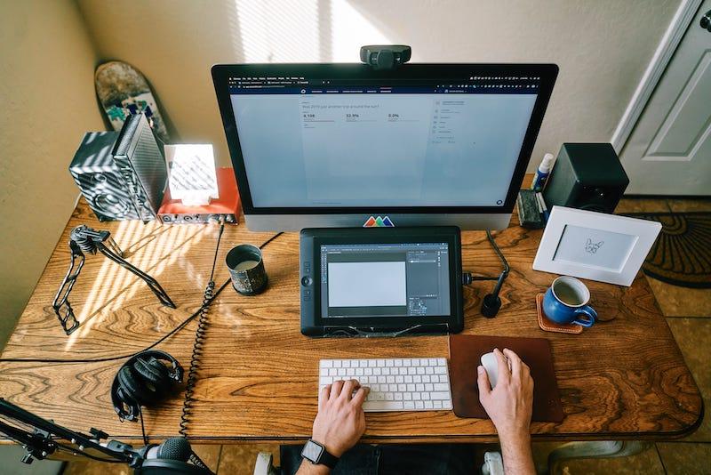 Ein Schreibtisch mit einer Webcam mit Mikrofon