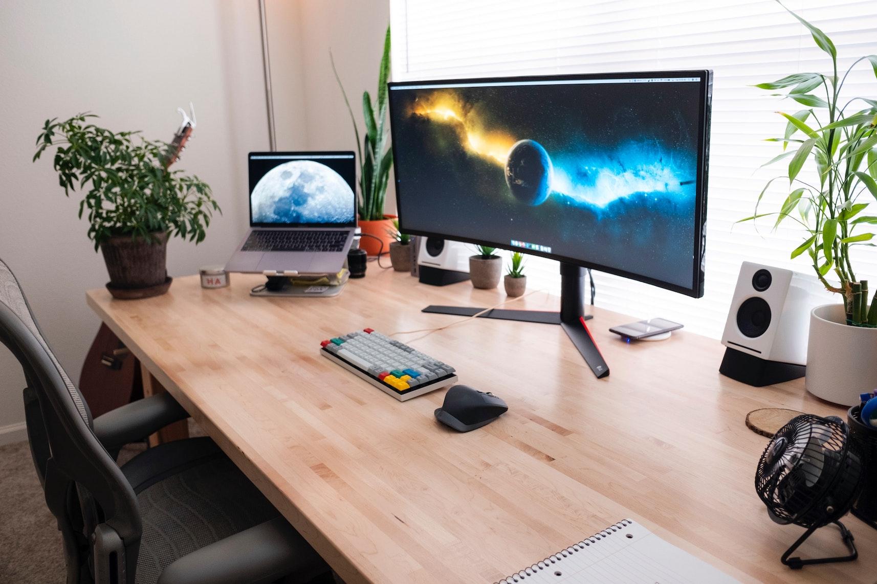 Ein Schreibtisch mit Curved Monitor